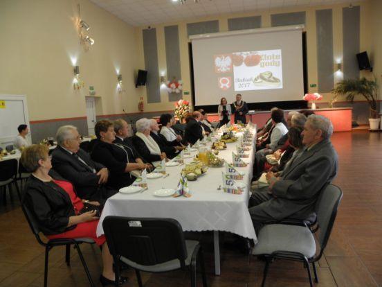 Pary siedzą przy stole przemawia Wójt Gminy Babiak