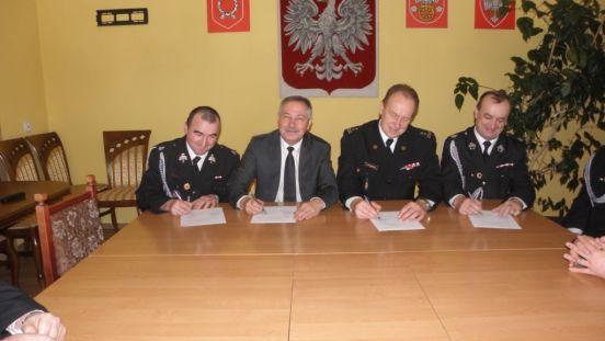 Podpisanie porozumienia od lewej Prezes OSP Brdów, Wójt Gminy Babiak, Komendant Powiatowy PSP w Kole, Członek zarządu wojewódzkiego ZOSPRP.