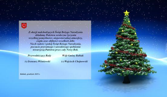 choinka przystrojona na niebieskim tle i życzenia: Z okazji nadchodzących Świąt Bożego Narodzenia, składamy Państwu serdeczne życzenia wszelkiej pomyślności, niepowtarzalnej atmosfery, ciepła oraz obfitości wszelkich dóbr. Niech radość i pokój Świąt Bożego Narodzenia, poczucie prywatnego i zawodowego spełnienia towarzyszą Państwu przez cały Nowy Rok. Przewodniczący Rady - Ireneusz Wiśniewski, Wójt Gminy Babiak - Wojciech Chojnowski.