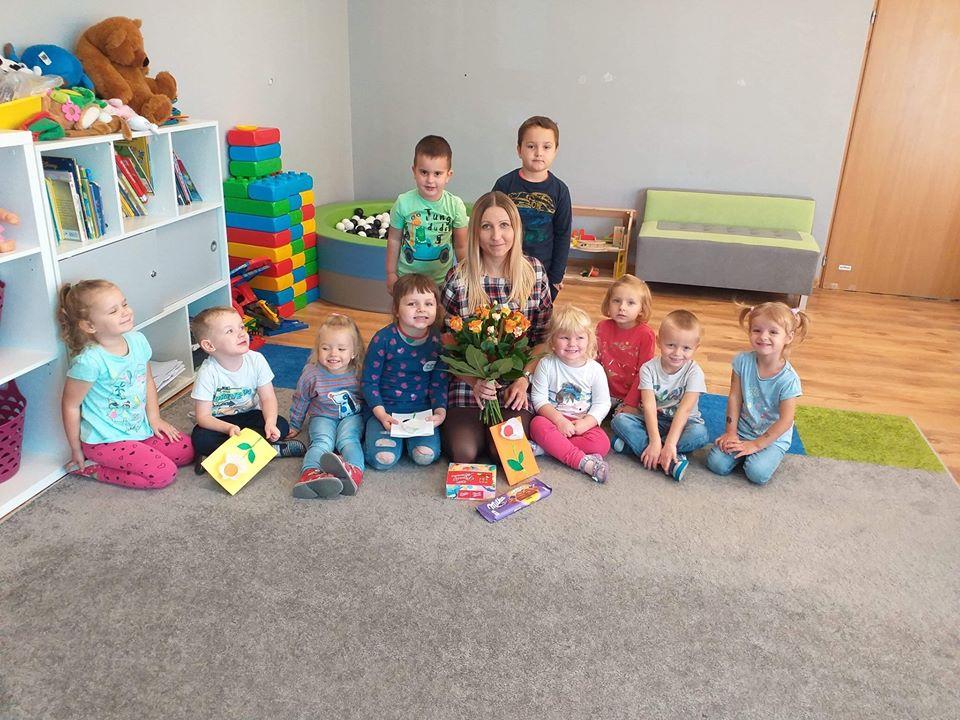 Dzień edukacji narodowej w przedszkolu w Babiaku, na zdjęciu grupa przedszkolaków i ich opiekunka.